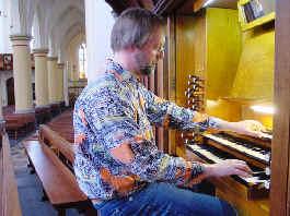 Tjeerd achter het Nicholson-orgel